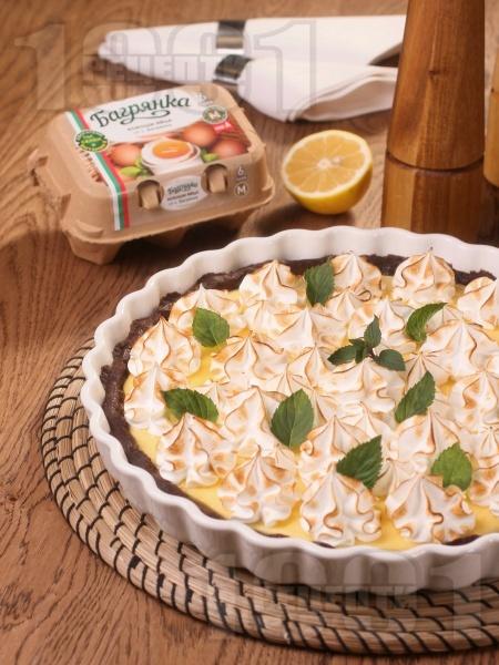 Лимонов пай с бисквитен блат, лимонов сметанов крем с жълтъци и глазура от белтъци Багрянка - снимка на рецептата
